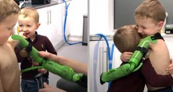 Gracias a un especial brazo biónico, este niño ha podido abrazar a su hermanito por primera vez