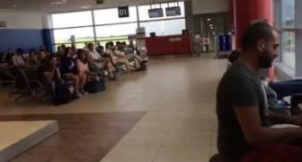 Un pianista suona nella hall dell'aeroporto di Praga e l'attesa dei passeggeri diventa magica