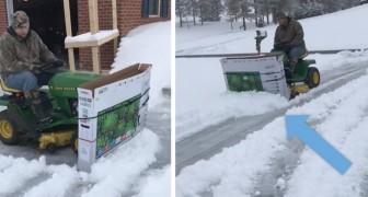 Quest'uomo ha creato uno spazzaneve improvvisato utilizzando un tosaerba e la scatola di una TV da 50''