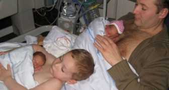 På den här bilden ser man en pojke som erbjuder sin förtidigt födda lillebror mänsklig värme och hud mot hud kontakt