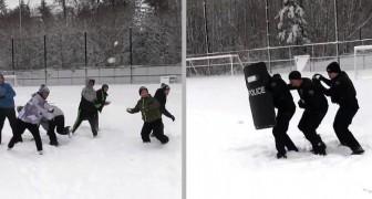 Questi agenti in tenuta antisommossa rimangono coinvolti in una dura ma esilarante battaglia di palle di neve