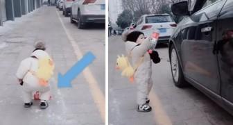 Er wirft eine Plastikflasche aus dem Autofenster, aber ein 1-jähriger Junge hebt sie auf und gibt sie ihm zurück