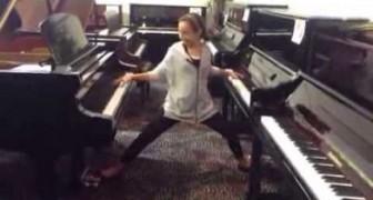 Una bambina di 12 anni entra in un negozio di pianoforti e guardate in che modo si diverte