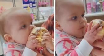 La petite fille goûte pour la première fois une glace et ne peut contenir la joie de cette découverte