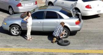 Una donna fora la ruota dell'auto nel traffico: nessuno si ferma ad aiutarla tranne un senzatetto