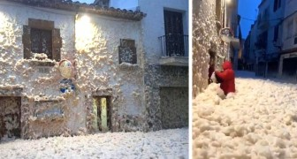 Spagna: un'enorme quantità di schiuma invade le strade di una cittadina durante la tempesta Gloria