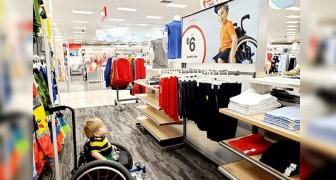 Ein aussagekräftiges Foto zeigt die Reaktion eines behinderten Kindes, das auf einem Plakat ein anderes Kind im Rollstuhl sieht