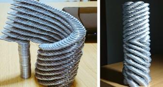 Een jongen stapelt munten en objecten op en creëert verrassende sculpturen die de zwaartekracht trotseren