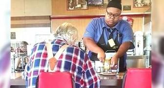 La dipendente di questa tavola calda aiuta un anziano in difficoltà a tagliare il cibo che non riusciva a mangiare