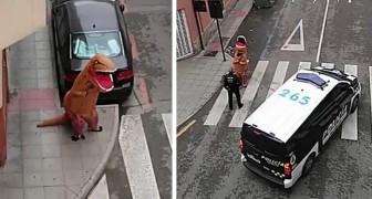 Die spanische Polizei hält einen als T-Rex verkleideten Mann an, der während der Quarantäne die Straße entlang läuft