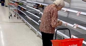 Coronavirus : l'image poignante d'une vieille dame devant les étagères vides d'un supermarché pris d'assaut
