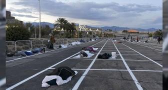 Nonostante gli alberghi vuoti, a Las Vegas i senzatetto dormono in un parcheggio asfaltato con gli spazi delimitati