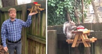 Ein Junge baute in seinem Garten einen entzückenden Miniatur-Picknicktisch für Eichhörnchen