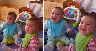 Quando veem o pai abrir a porta de casa, essas gêmeas começam a rir com entusiasmo