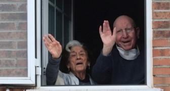 Ett äldre par bekämpar covid-19 och får komma hem igen, efter 65-års äktenskap är de även enade av sjukdomen