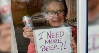 Eine nette 93jährige Frau bittet ihre Nachbarn mit einem Schild im Fenster, ihr Bier zu kaufen...