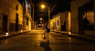 Un niño de 6 años reza arrodillado en una calle desierta: su deseo es que el Coronavirus termine