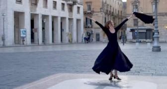 Lecce: una ballerina solitaria incanta la piazza deserta della città danzando la Pizzica salentina
