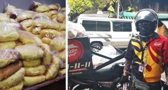 Een jongen die pizza's bezorgt, koopt elke dag honderden sandwiches om ze aan mensen in nood te geven