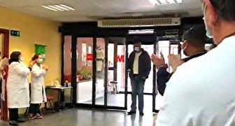 Een taxichauffeur brengt patiënten gratis naar het ziekenhuis vanwege de noodsituatie rond Covid-19: het applaus van artsen en verpleegkundigen