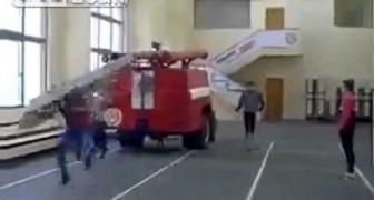 Gli esercizi pazzi dei pompieri russi