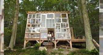 Una coppia si costruisce una casa nel bosco con una parete fatta tutta di vecchie finestre riciclate