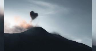 Un ragazzo riesce a immortalare una suggestiva nuvola a forma di cuore che fuoriesce dall'Etna