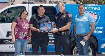 Auszeichnung durch die Polizei: 19-Jähriger findet eine Tasche mit 135.00 Dollar und bringt sie zur Bank zurück
