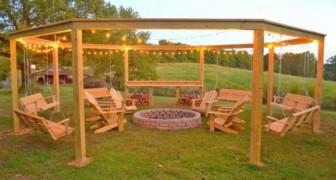 Una giovane coppia ha costruito un pergolato gigante con tanto di spazio per il falò, ideale per le serate estive