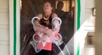 Een meisje maakt een speciale plastic gordijn om haar grootouders veilig te kunnen omhelzen