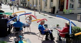 Coronavirus: In dieser Bar tragen die Kunden farbige Schwimmer, um Sicherheitsabstände einzuhalten