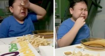 Uma criança autista chora de alegria quando sua mãe lhe traz sua comida favorita após meses de quarentena