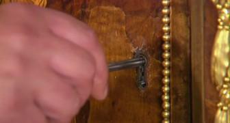 Hij voert de sleutel in zijn meubel uit 1700 en er gebeurt iets magisch