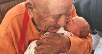 L'arrière-grand-père de 105 ans embrasse son arrière petit-fils nouveau-né dans une magnifique scène pleine de tendresse