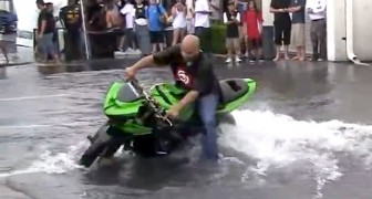Having fun in a big puddle with his motorbike: the show is amazing!