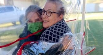 Een bejaardentehuis creëert een plastic tunnel waar ouderen hun familieleden veilig kunnen omhelzen