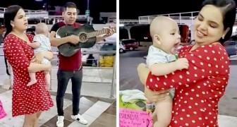 Una coppia che ha perso il lavoro canta e suona in strada per sfamare il figlioletto appena nato