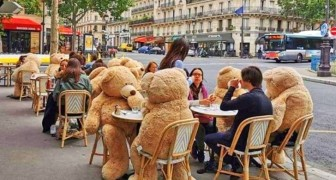Een bar gebruikt gigantische teddyberen om de afstand tussen tafels te vergroten