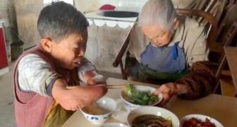 Ze kan haar handen en benen niet gebruiken, maar deze vrouw helpt haar 105-jarige moeder elke dag