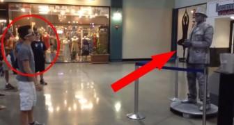 Un bambino contro l'artista di strada: una vera sfida di ballo al centro commerciale