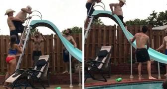 Un uomo di 94 anni sale sullo scivolo e si tuffa in piscina tra gli applausi di tutta la famiglia