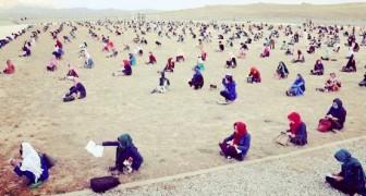Hunderte afghanische Studentinnenn absolvierten den Eingangstest auf einem riesigen sandigen Ödland
