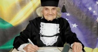 Dieses rüstige Großmütterchen hat mit 87 Jahren und einer vollkommen handgeschriebenen Arbeit ihren Abschluss gemacht: eine rekordverdächtige Studentin