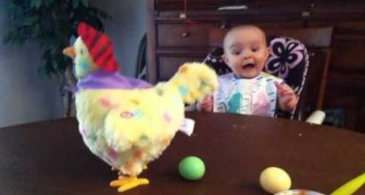 Quando esta criança entende o que o brinquedo faz, a sua reação é muito engraçada