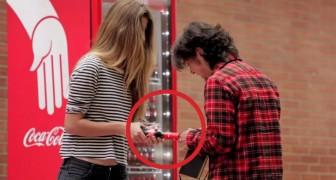 Sie holen sich eine Cola, doch die Flasche hält eine Überraschung bereit