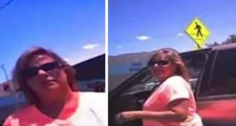 Uma mulher tranca seu cachorro no carro a 45° C: um policial a convida a entrar no carro para sentir o calor que fazia