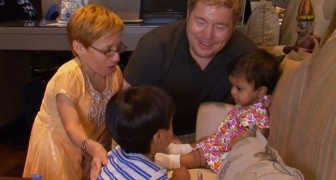 De schattige reactie van een jongetje die zijn adoptie zusje voor het eerst ontmoet