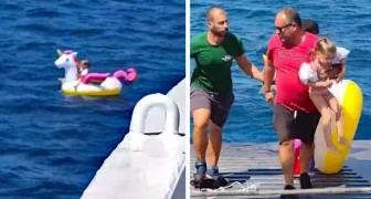 Ein kleines Mädchen wird auf seinem aufblasbaren Einhorn auf den See gezogen: von einer Fähre gerettet