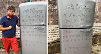 Abbandona il frigo davanti alla discarica: il sindaco glielo riporta a casa con tanto di dedica speciale