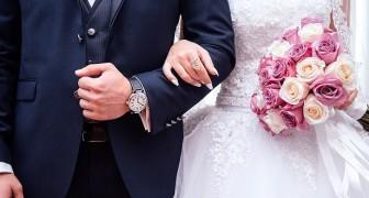 Un avocat remet un bon pour la séparation à l'une de ses collaboratrices qui se marie